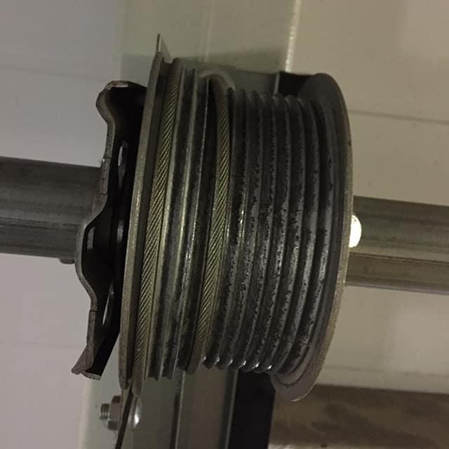Ремонт секционных ворот, укладка троса